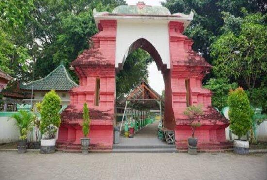 Makam Troloyo merupakan kompleks pemakaman Islam jaman Kerajaan Majapahit. Makam Troloyo  terletak di Desa Sentonorejo, Kecamatan Trowulan, Kabupaten Mojokerto
