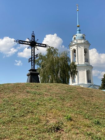 Чугунный крест над курганом