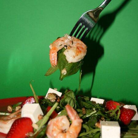 Salad with roasty shrimps.