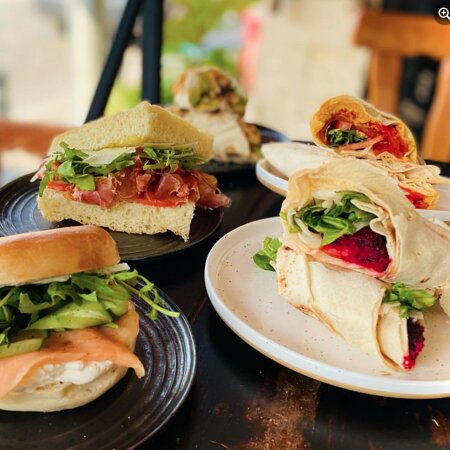 Vinaria Kiti : original lunch options including wraps, toasts, and salads