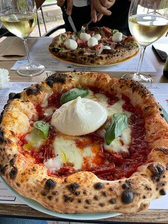 Pizzeria Liège ou l'on vous propose une pâte, des antipasti et desserts comme à Naples