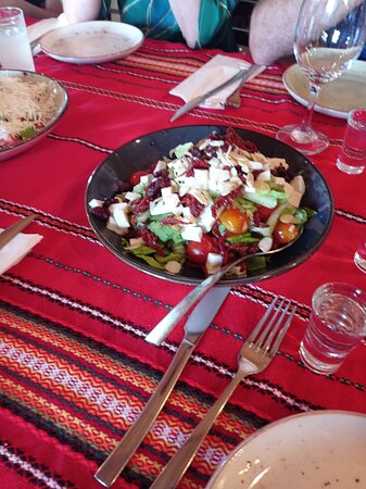 овощной салат с болгарским сыром и вялеными помидорами