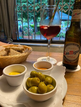 Дюссельдорф, Германия: Hidden away Spanische Garten with great Tapas, Sangria and San Miguel Beer along with German Bolten Altbier, Pils and much More! Reservation is suggested.