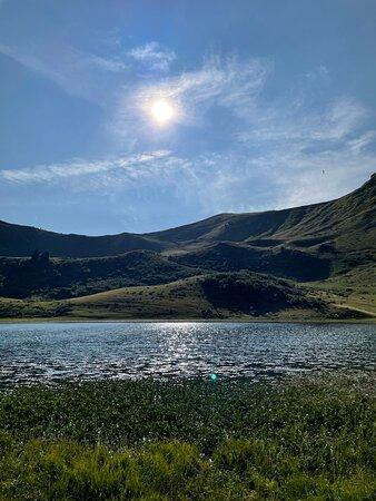 Petite balade en fin d'après-midi, meilleur moment pour apercevoir les marmottes, au Lac de Roy! Seulement à 30 min en voiture depuis Samoëns jusqu'au parking les Molliettes à Praz de Lys, balade 1h15 À/R. Toutou tenu en laisse au niveau du lac.  Une magnifique vue sur la chaîne du Mont Blanc, des massifs de la Vallée du Giffre (Samoens) et des Portes du Soleil.