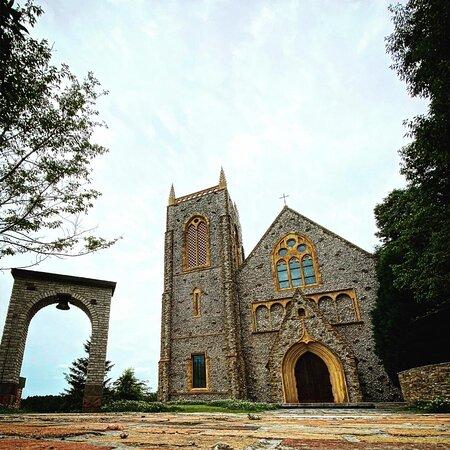 敷地内にあるイギリスのコッツフォルズから移築された教会