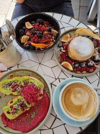 Granola mit Joghurt, Pancakes, Avocadofrühstück