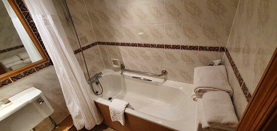 Room 124 - filthy bathroom.