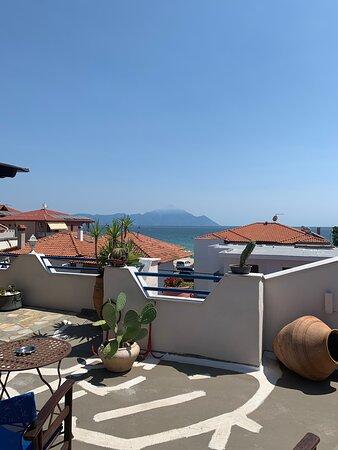 Blick von der Dachterrasse zum Berg Athos…