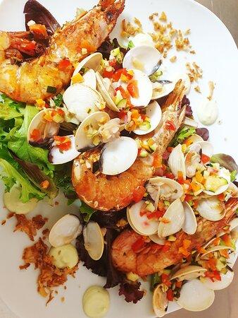 Salade BellaMar, gambas, palourdes, crémeux d avocat, salade, petites Brunoise de légumes du sud.