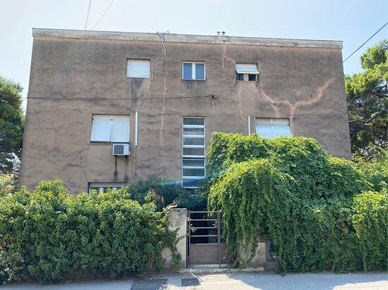 Haus mit Eingangstor zum Grundstück direkt von der Straße ohne Bürgersteig