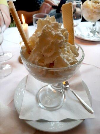 """Glace à la vanille avec chantilly au """"Park Restaurant"""" à Rastatt"""