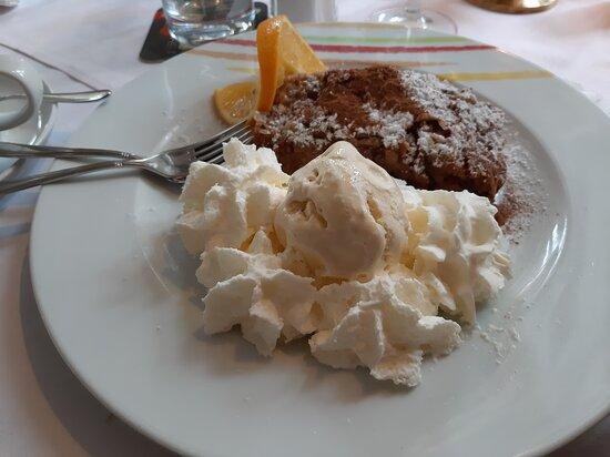 "Apfelstrudel avec glace & chantilly  au ""Park Restaurant"" à Rastatt"