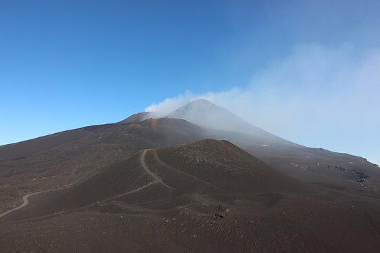 Ganz hinten die dampfenden Krater, auf die man jetzt nich kraxeln möchte