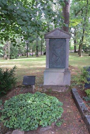 La tombe du compositeur Edouard Lassen, relégué dans les oubliettes de la mémoire au moment du régime nazi... L'ostracisme continue encore aujourd'hui.