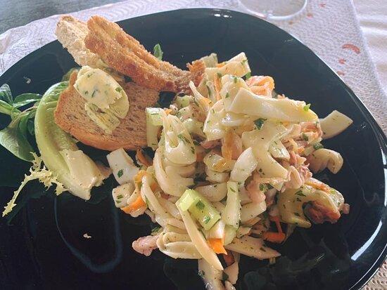 Insalata di mare con verdure croccanti