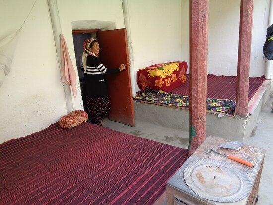 Tayikistán: Wnętrze typowego domu pamirskiego. Zawsze w jednym z pomieszczeń , z reguły pod dekoracyjnym  przykryciem znajdujemy materace i pościel , którte są rozkładane przed snem . Wyposażenie domów jest bardzo skromne ale też zadbane i czyste .