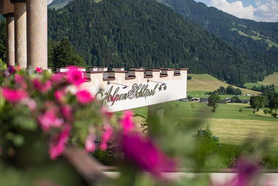 Aussicht in die Tiroler BergWelt. Hotel AlpenSchlössl in Söll am Wilden Kaiser.