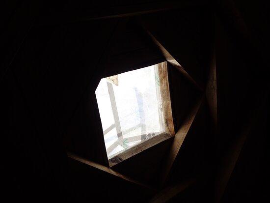 Tayikistán: Typowe wykończenie pamirskiego dachu w nakładające się na siebie trapezy .  Zdjęcie dachu  domu w którym spaliśmy