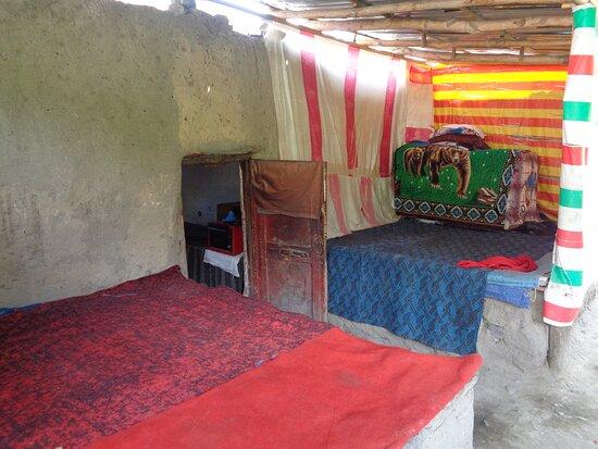 Tayikistán: Kolejne spojrzenie do wnętrza pamirskiego domu w Basid . Ludzie chętnie chcieli by zaprosić i pogadać ,a my stale w pośpiechu .