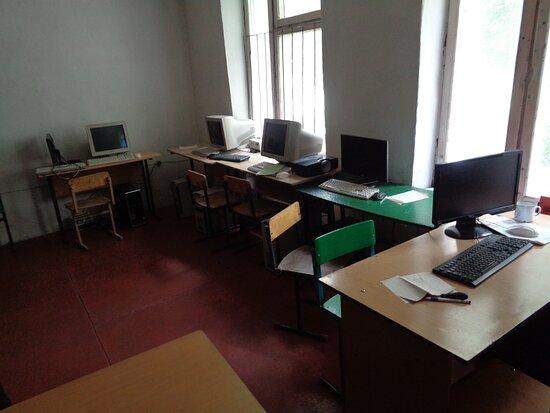 Tayikistán: Sala komputerowa jest trochę w lepszym stanie, ale same komputery mają już swoją świetność za sobą