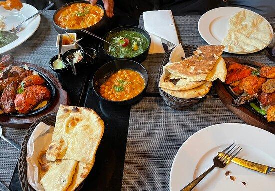 Naan, chicken tikka masala en mixed grill en meer