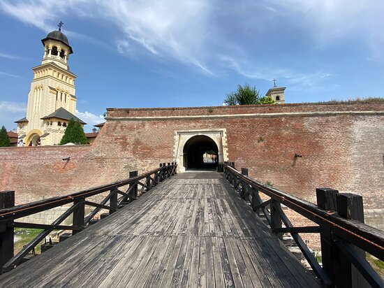 Алба-Юлия, Румыния: The bridge refurbished ... one of the several in the and around the citadel.