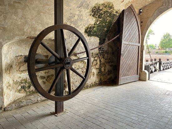 Алба-Юлия, Румыния: Turn the wheel to close the raise the mobile part of the bridge.