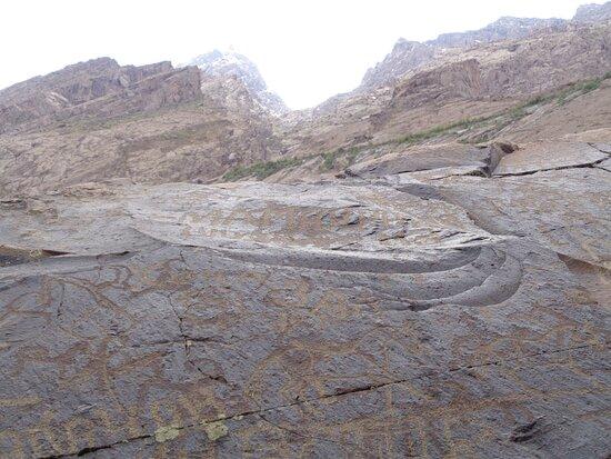 Tayikistán: Zatrzymaliśmy się również po drodze do Khorog przy naskalnych petroglifach .