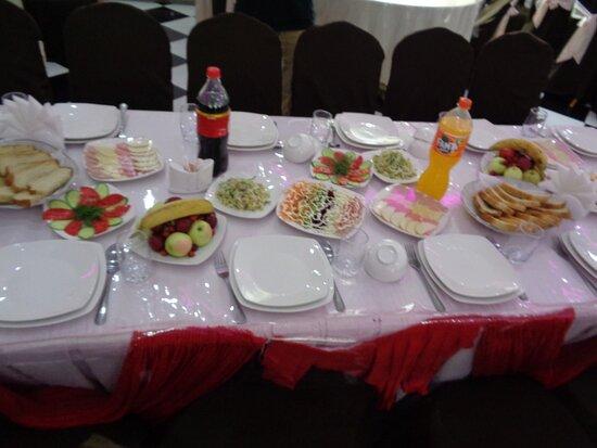 Tayikistán: Tak zastawiony stół spotkaliśmy pierwszy raz . To było na powitanie a póżniej były jeszcze dwa dania podstawowe.