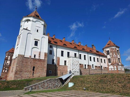 Стена и башни Мирского замка