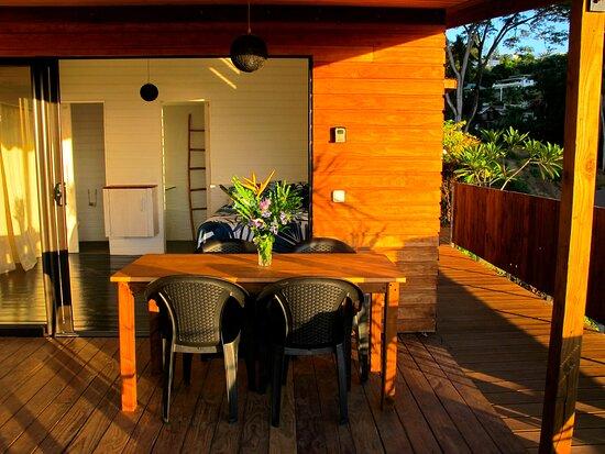 Terrasse couverte avec vue sur l'océan du bungalow Aito