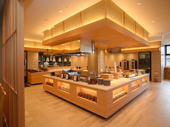 函館食が満載【函館朝食】朝食会場。 温かみのある木の素材を使用した会場はほっとした空間を演出。