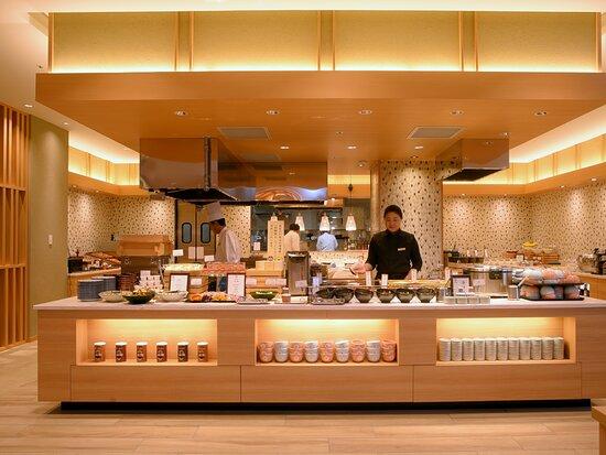 函館食が満載【函館朝食】朝食会場。 会場内では各所でスタッフが調理をしている姿を見ることも。