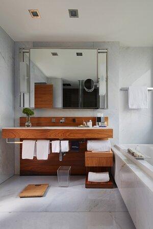 King Corner Panoramic Premium Bathroom