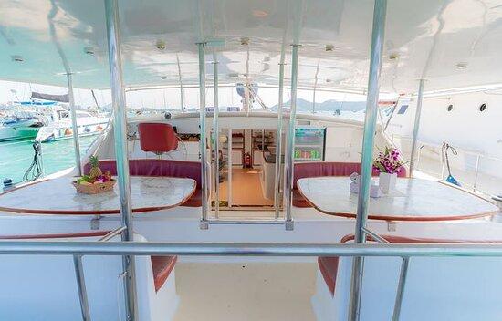最多可容納14位客人的雙體帆船過夜照片