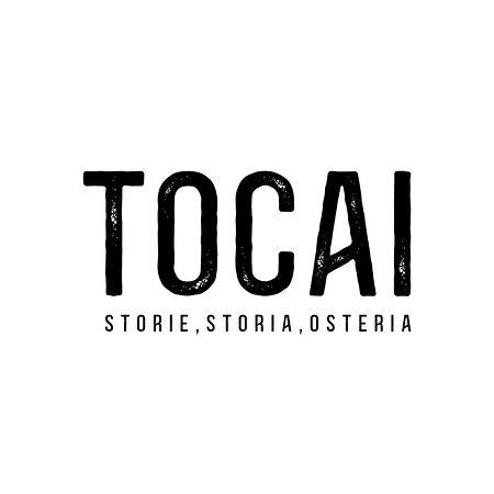 Tocai sorge nel cuore di Treviso proprio nella storica Piazzetta dei Lombardi. È un luogo dove da sempre trevigiani e passanti si sentono a casa: le persone si fermano per un momento, mangiano in compagnia, offrono un bicchiere, fanno due battute e due risate. Tutto questo è incornicato da un ambiente che emana calore e storia.