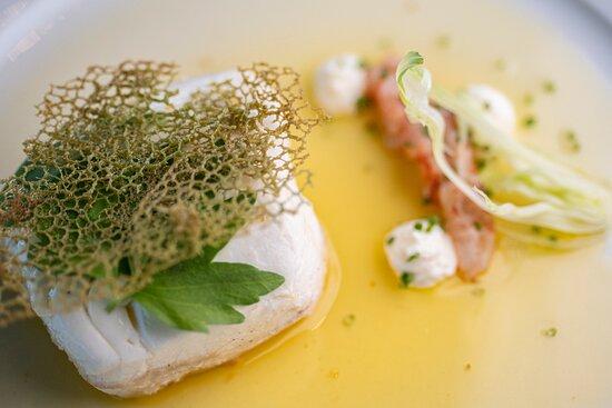 Champagnepocherad hälleflundra, kräftstjärtar, fänkål & pepparrotscreme, citronsmörsås, serveras med smörstekt potatis