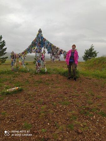 Irkutsk Oblast, روسيا: Путь от Иркутска до побережья Байкала долгий 250км. Поэтому останавливались у всех достопримечательностей. Научили нас бурханить. Наш гид прелесная Татьяна с нежностью рассказывала о своём кремя крае