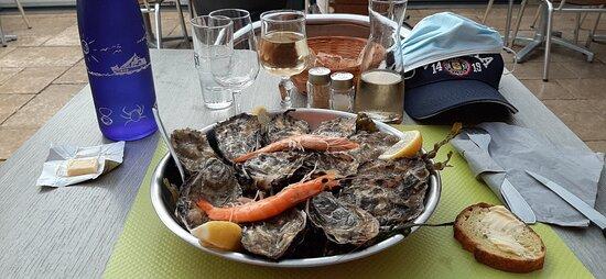 Ile-d'Arz, France: La douzaine d'huîtres de Bretagne évidemment garnie de deux crevettes !