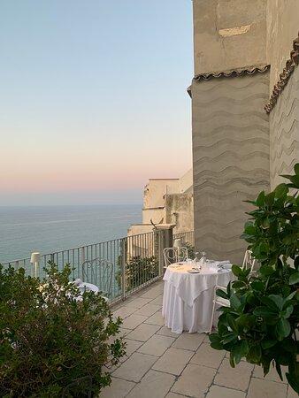 vista della terrazza e tavoli