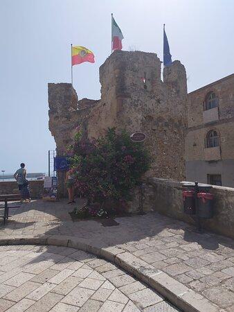 Torre antistante l'ingresso del borgo