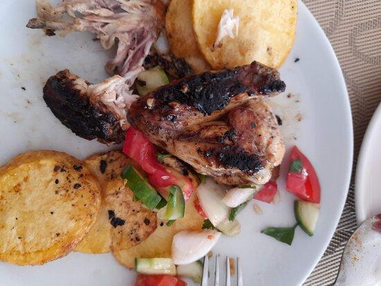 Dışı yanmış, içi pişmemiş yemek.  Пища, которая сжигается на внешней стороне и сырым внутри.