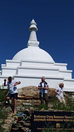 Irkutsk Oblast, Russia: Остров Огой, ещё одно место силы, только буддистов. Буряты не пустили на остров Ольхон лам Тибета. Тогда они нашли остров Огой и построили там ступу Просветления, под которой замуровали переписанные от руки мантры и другие реликвии. Вокруг ступы проложенная дорожка, по которой мы ходили босиком и можно попросить что то заветное. Я знала что попрошу, но когда встала на тропу, то ничего не могла вспомнить! Ч ходила кругом и благодарила за все что есть у нас в семье, за то что все живы и здоровы