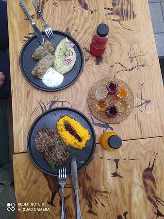 ресторан Тайга, г. Иркутск Всё вкусно, персонал душевный, интерьер соответствующий. Нам с подругой очень понравилось!  Но голубцы из косули..... Точно попортившийся и настроение также попортилось😖