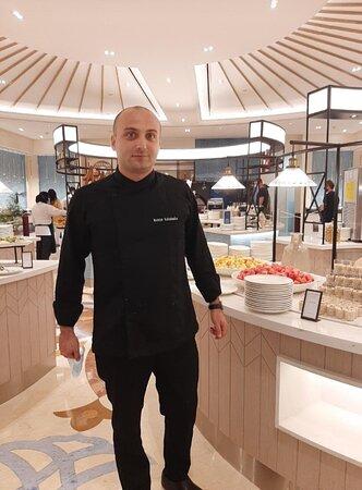 Это Роман Какабадзе,следит за качеством еды и сервисом на кухне,знает русский язык и с удовольствием поможет Вам!
