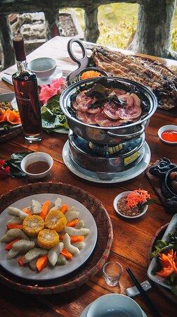 Nhà hàng Thung Nham là nơi mang đến cho bạn trải nghiệm về nền ẩm thực địa phương đặc sắc. Điều đặc biệt là gần như tất cả các nguyên liệu dùng chế biến món ăn đều được Thung Nham tự nuôi, trồng trong khu nông trại của khu du lịch. Mô hình tự cung tự cấp đem đến nguồn nguyên liệu organic luôn tươi ngon, sạch xanh và hương vị tuyệt vời.