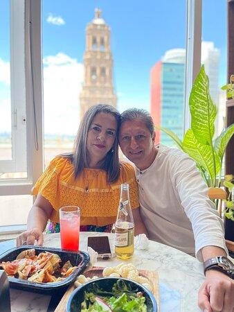 Fuimos en familia a festejar a mi esposa y estuvo todo muy bien: rica comida, agradable lugar, vista panorámica de la ciudad, trato amable y muy buen servicio. Se recomienda.
