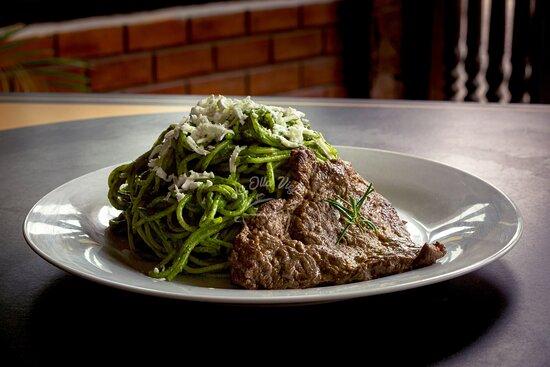 Tallarines verdes con bistec de res