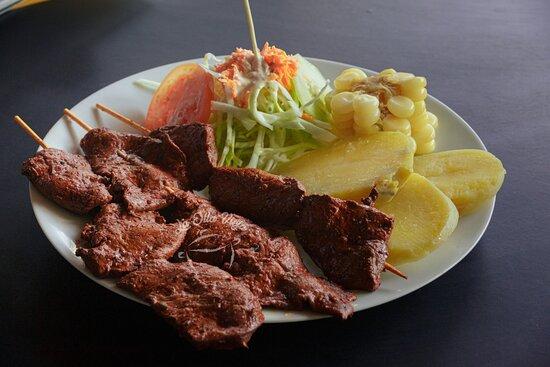 Anticuchos con papas y ensalada