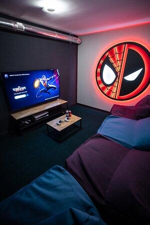 """Spider-man/Deadpool комната с Playstation 5 и огромным 65"""" OLED экраном. Буквально максимальный игровой опыт."""